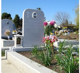 изработка на мраморни надгробни паметници с единичен бордюр и мозаечна рамка